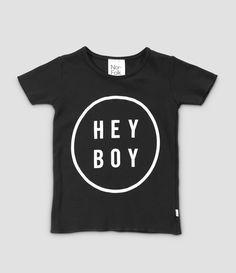 Hey Boy, Hey Girl. T-Shirt mit graphischem Print von dem englischen Label Nor-Folk  Die Shirts werden in Norfolk/ England produziert und von Hand bedruckt.Somit ist jedes Teil ein Unikat. Material: 100 % Baumwolle  Farbe: Schwarz