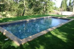 Construction piscine à coques rectangle directement implanté dans l'herbe - Piscinea Toulouse Country Pool, Grass Edging, Florida Springs, Rectangular Pool, Natural Swimming Pools, Swimming Pool Designs, Yard Design, Pool Houses, Water Features
