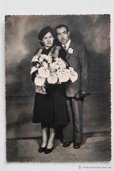 Pareja de novios vestidos de oscuro con un gran ramo de flores blancas. 12 x 17 cm -  El Desván de Bartleby C/.Niebla 37. Sevilla