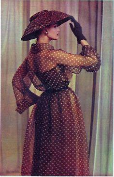 Sheer polka dots 1957 Reminds me of Julia Roberts's brown polka dot dress in Pretty Woman Vintage Glamour, Vintage Beauty, Vintage Vogue, Fifties Fashion, Retro Fashion, Vintage Fashion, Fifties Style, Rockabilly Style, Vintage Dresses