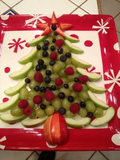 christmas plate art, christmas fruit platter, christmas decor food :: how adorable is this christmas fruit plate? the kids will love it! Fruit Christmas Tree, Christmas Party Food, Xmas Food, Christmas Brunch, Christmas Breakfast, Christmas Cooking, Christmas Fun, Christmas Veggie Tray, Chrismas Food Ideas