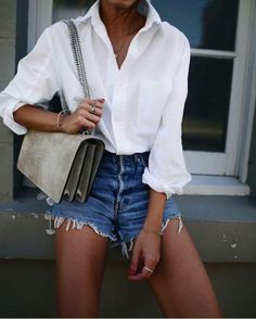 10 Tipos de blusas que toda veinteañera debe tener a la mano Punk Fashion, Fashion 101, New Outfits, Fashion Outfits, Short Outfits, White Ruffle Dress, Fashion Tips For Women, Sabo Skirt, Classic Chic