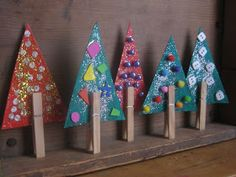 Leuke kerstboompje om te knutselen gemaakt van een papieren driehoek en een knijper - veel makkelijker kan toch niet?