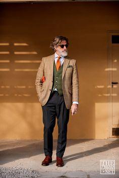Street style from Pitti Uomo A/W 2019 by The Trend Spotter Dandy Look, Dandy Style, Older Mens Fashion, Dapper Men, Men Street, Well Dressed Men, Cool Street Fashion, Gentleman Style, Stylish Men