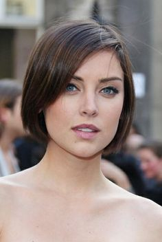 bob with side swoop Jessica Lowndes, Jessica Stroup, Pretty Hairstyles, Bob Hairstyles, Straight Hairstyles, Short Dark Hair, Short Hair Cuts, Bob Haircut For Fine Hair, Chin Length Hair