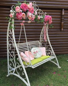 Iron garden furniture porches Ideas for 2019 Wrought Iron Garden Furniture, Wrought Iron Decor, Iron Furniture, Home Decor Furniture, Furniture Design, Patio Swing, Swinging Chair, Bedroom Decor, Decoration