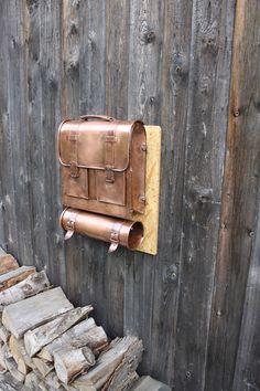 Ich biete Ihnen hier einen Kupferbriefkasten mit Zeitungsrolle in Form eines alten Schulranzens an.  Der Briefkasten ist indiviuell und sticht je...