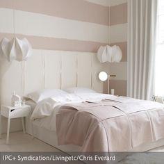 Angenehme Träume verspricht dieses Schlafzimmer in dezenten Rosé- und Weißtönen… Mehr auf roomido.com #roomido