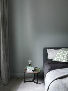 Home in green-grey grey room, gray bedroom, bedroom wall, purple be Bedroom Green, Bedroom Wall, Bedroom Decor, Bedroom Ideas, Bedroom Designs Images, Neutral Bedrooms, Green Home Decor, Grey Room, Bedroom Paint Colors