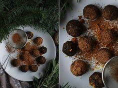 Delicious blog: Pomerančovo-rozmarýnové kuličky Delicious Blog, Chana Masala, Christmas Cookies, Ethnic Recipes, Food, Xmas Cookies, Christmas Crack, Christmas Biscuits, Essen