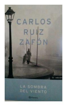 LA SOMBRA DEL VIENTO es un misterio literario en la Barcelona de la primera mitad del siglo XX, desde los últimos esplendores del modernismo hasta las tinieblas de la posguerra.  Desde el comienzo te atrapa en su trama y buscas momentos para continuar con su lectura.