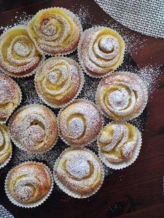 Haaveiletko sinäkin itsetehdyistä dallaspullista? Leivo seuraavaksi näitä! Lisää täytteeseen hilloa.Helppo ja hyvä täyte syntyy valmiista vaniljakreemijauheesta. Baking Recipes, Cake Recipes, Dessert Recipes, Finland Food, Finnish Recipes, Around The World Food, Cocktail Desserts, Sweet Pastries, My Dessert