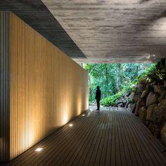 Rooftop infinity pool overlooks the Brazilian rainforest from Studio Jungle House Jungle House, Forest House, Exterior Tradicional, Brazilian Rainforest, Studio Mk27, Sunken Living Room, Concrete Houses, Exposed Concrete, Dream Homes