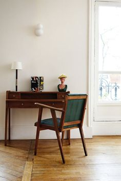 my scandinavian home: Beautifully simple Parisian apartment Parisian Apartment, Paris Apartments, Apartment Desk, Home Living, Living Spaces, Casa Milano, Scandinavian Home, Home Office Decor, Office Desk