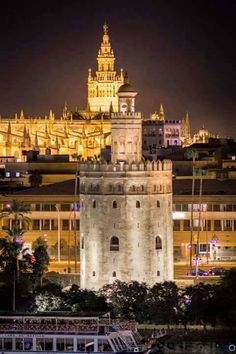 Torre del Oro y al fondo La Giralda Sevilla Andalucia. España