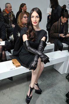 Celebrities in Gloves: Paz Vega in Leather Opera Gloves. Paris, 01.22.2013.