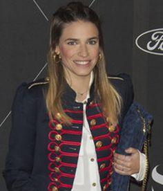Flora Gonzalez apostando por un estilo militar junto a su collar de Apodemia en el evento de S Moda