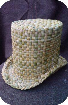Top hat woven in common bulrush Flax Weaving, Weaving Art, Basket Weaving, Hand Weaving, Weaving Designs, Weaving Patterns, Maori Patterns, Traditional Baskets, Maori Designs