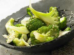 Gedämpfter Brokkoli mit Sesam, Honig und Sojasauce: Brokkoli ist eins der gesündesten Gemüse. Er stärkt Immunsystem und senkt das Cholesterin.