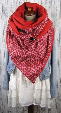 XXL Dreieckstuch mit 2 verschiedenen Seiten. Die eine ein weicher Fleece in uni rot, die Andere ein schöner Baumwollstoff in rot mit schönem Muster . Zum Schließen habe ich einen...