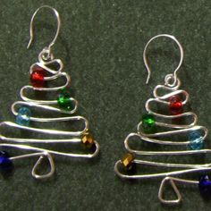 #DIY Christmas Tree Earrings - Wig Jig, arame + contas - no site JewelryLessons.com