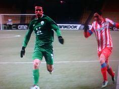 Dura pugna en el encuentro entre el Rubin Kazan y el Atletico de Madrid.