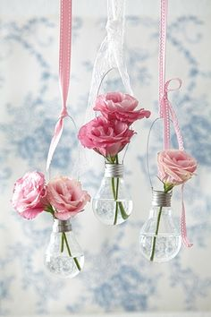 35 DIY Flower Vases (Creative tutorials) Reuse some old clear lightbulbs to create a focal piece in your home! Light Bulb Vase, Hanging Light Bulbs, Light Bulb Crafts, Hanging Vases, Hanging Flowers, Diy Hanging, Diy Flowers, Flower Vases, Flower Arrangements