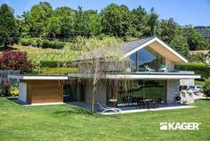 Fotogallery casa in legno Novara - Kager Italia Modern Glass House, Modern House Design, House Structure Design, Flat Roof House, Hillside House, Building A New Home, Architect House, Future House, Architecture Design