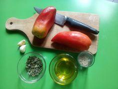 Acheter des tomates en hiver ? Jamais ! Pour profiter des bienfaits de ce doux fruit estival, on vous propose de réaliser vous même vos tomates séchées. A vos bocaux !    Ingrédients, pour un bocal type confiture  2 tomates cornues des Andes : ces tomates sont riches en chair et pa