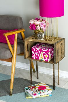 Upcycle an old wood crate to make a side table. You can use a rustic DIY wooden crate side table with feminine accents like ikat fabrics, gold lamps and peonies. Old Wooden Crates, Diy Wooden Crate, How To Decorate Wooden Crates, Wooden Lamp, Home Goods Decor, Diy Home Decor, Crate Side Table, Diy Holz, Diy Décoration