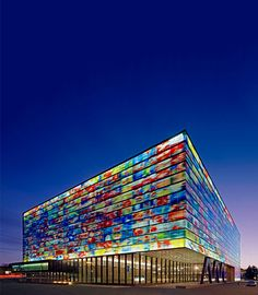 """Museum """"Beeld en Geluid"""" ** Hilversum ** Noord-Holland ** www.beeldengeluid.nl ** Ontdek de wereld van televisie, radio, film en muziek. Kijk programma's terug in de verschillende paviljoensof ga zelf aan de slag als mediamaker: presenteer het nieuws of doe een screentest voor een soap. Kijken, doen en beleven, dat is waar het om draait in Beeld en Geluid. #KIDSPROOF Amazing Architecture, Holland, Skyscraper, To Go, Multi Story Building, Louvre, Travel, Beautiful, Weird Things"""