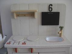 1センチのモザイクタイルを天板に使用したおままごとキッチンです。タイルのポイントはリンゴのモチーフとMのイニシャル。 蛇口のハンドルやコンロのつまみは、手で回...|ハンドメイド、手作り、手仕事品の通販・販売・購入ならCreema。