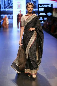 Do this with my red and green kanjeevaram Saree Blouse Patterns, Saree Blouse Designs, Indian Bridal Wear, Indian Ethnic Wear, Lakme Fashion Week, India Fashion, Indian Dresses, Indian Outfits, Saree Jackets
