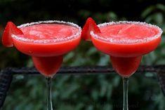 Receta fácil para preparar margaritas de fresa o frutilla. Este delicioso coctel se prepara con fresas o frutillas, jugo de limón, azúcar o miel, licor