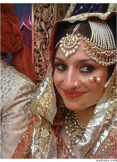 Nawab of rampur's sister Stuning jewelry and gorgeous bride Desi Bride, Desi Wedding, Wedding Set, Wedding Bells, Wedding Dress, Indian Bridal Fashion, Indian Bridal Wear, Indian Jewelry, Ethnic Jewelry
