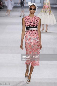"Mais um exemplo do desfile   Giambattista Valli - Couture Fall 2014 Runway - Paris Haute Couture Fashion Week """