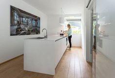 Moderne keuken met kookeiland met design afzuigkap Wave. Meer keukeninspiratie opdoen ga naar www.keukenstudiostoof.nl