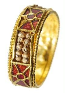 Fingerring, Gold, Einlagen aus Granat und Süßwasserperlen, Merowingerzeit, aus einem Frauengrab, spätes 7./frühes 8. Jh. n.Chr., Kleve-Rindern.