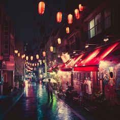 Le photographe japonais Masashi Wakui est un noctambule aguerri. Il attend systématiquement la tombée du jour pour se lancer en quête d'instants, capturer la nuit tokyoïte. Sur ses photographies, les rues parsemées de lanternes de papier dégagent une lueur chaude, semblant mettre en lévitation
