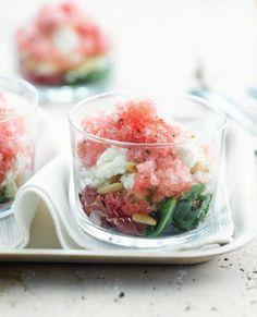 Bereiden:Verwijder de schil en de pitten van de meloen en snijd ze in blokjes. Mix of plet de watermeloen en snijd _x001F_ze in blokjes. Voeg er de gehakte munt aan toe.Schep het mengsel in een afsluitbare pot die geschikt is voor de diepvries. Schep om met een vork zodra de randen bevriezen. Herhaal dit elk halfuur, tot het mengsel op sneeuw lijkt.Verbrokkel de feta en kruid met versgemalen peper. Snijd de parmaham in fijne reepjes. Rooster de pijnboompitten.