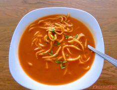 """Krémová rajčatová polévka s čínskými nudlemi: """"Tato polévka má hustější konzistenci protože je v ní rozmixovaná kořenová zelenina. Díky tomu má skvělou chuť po zelenině a rajčatech. Při podávání v..."""" Thai Red Curry, Ethnic Recipes, Food, Meals"""