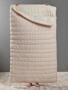 Astucieux et déco, le sac de couchage pour recevoir les copains confortablement sans dénaturer le style de la chambre. On aime l'ouvrir entièrement po
