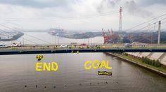 Von der Köhlbrandbrücke hängen Greenpeace-Aktivisten, um ein Zeichen für den Ausstieg aus der Kohle-Industrie zu setzen.