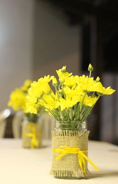 Além dos girassóis, utilizamos flores do campo, também amarelas, em nossos queridos potes Mason… Dando ainda mais o charme handmade que marcou essa festa.