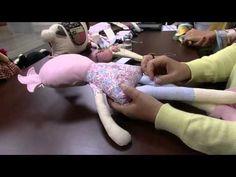 CANTINHO DAS ART'S PAOLA: Boneca Tati por Sara Sardim Doll Clothes Patterns, Doll Patterns, Felt Dolls, Doll Toys, Steampunk Dolls, Doll Videos, Doll Making Tutorials, Tiny Dolls, Bear Doll