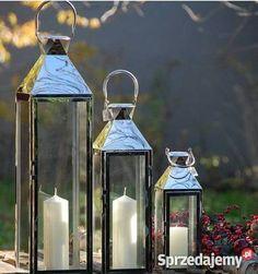 Cechy produktu: Źródłem światła jest wymienna świeca Dostępny w 3 wielkościach Idealne rozwiązanie do dekoracji sal bankietowych i kościoła  Komplet latarni chromowanych 3 szt Wymiary ; 21x20x73,cm,16x17x55 cm,13x12x38 cm. Kod katalogowy: SAC-BW4761. Całość wykonana z metalu chromowanego.Latarnia posiada otwierane drzwiczki a w jej środku można umieścić świece.Latarnia posiada też uchwyty ułatwiające jej przenoszenie lub zawieszenie. Elegancja i staranność wykonania sprawiają iż jest to…