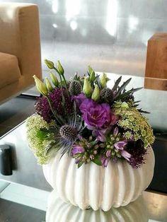 Pumpkin flower vases Source by vgovinda Arrangements Ikebana, Fall Arrangements, Beautiful Flower Arrangements, Arte Floral, Deco Floral, Fall Flowers, Beautiful Flowers, Wedding Flowers, Cut Flowers
