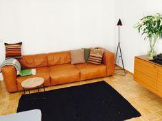 Gemtliche Braune Ledercouch Mit Passenden Kissen Herbst Wohnzimmer