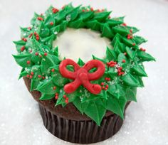 Decorating Holiday Wreath Cupcakes with Jennifer Shea of Trophy Cupcakes | Williams-Sonoma Taste