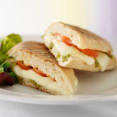 Découvrez la recette du sandwich chaud tomates et mozzarella sauce pesto